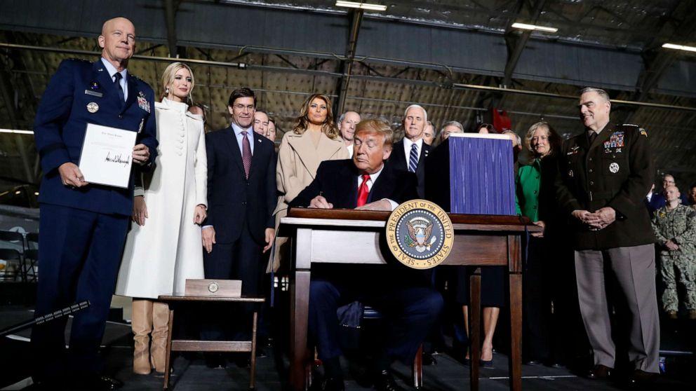 Trump firma per la nascita della Space Force