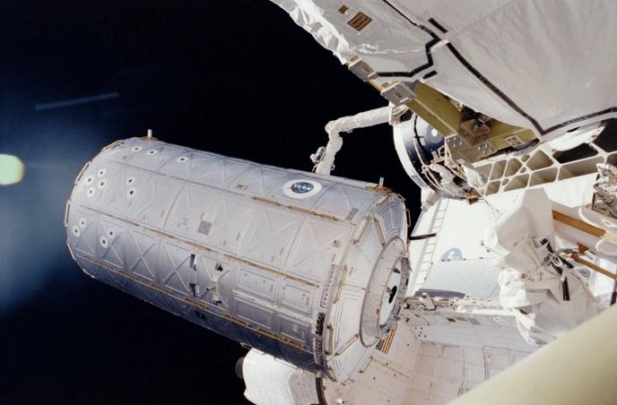 Il modulo laboratorio Destiny mentre viene spostato dallo shuttle Atlantis della missione STS-98 e attaccato alla ISS (2001).