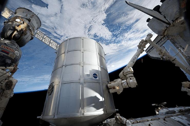 Il Canadarm-2 sta trasferendo il Permanent Multipurpose Module italiano Leonardo dallo shuttle Discovery a una delle porte del modulo Unity, durante la missione STS-134 (2011). Cr: NASA