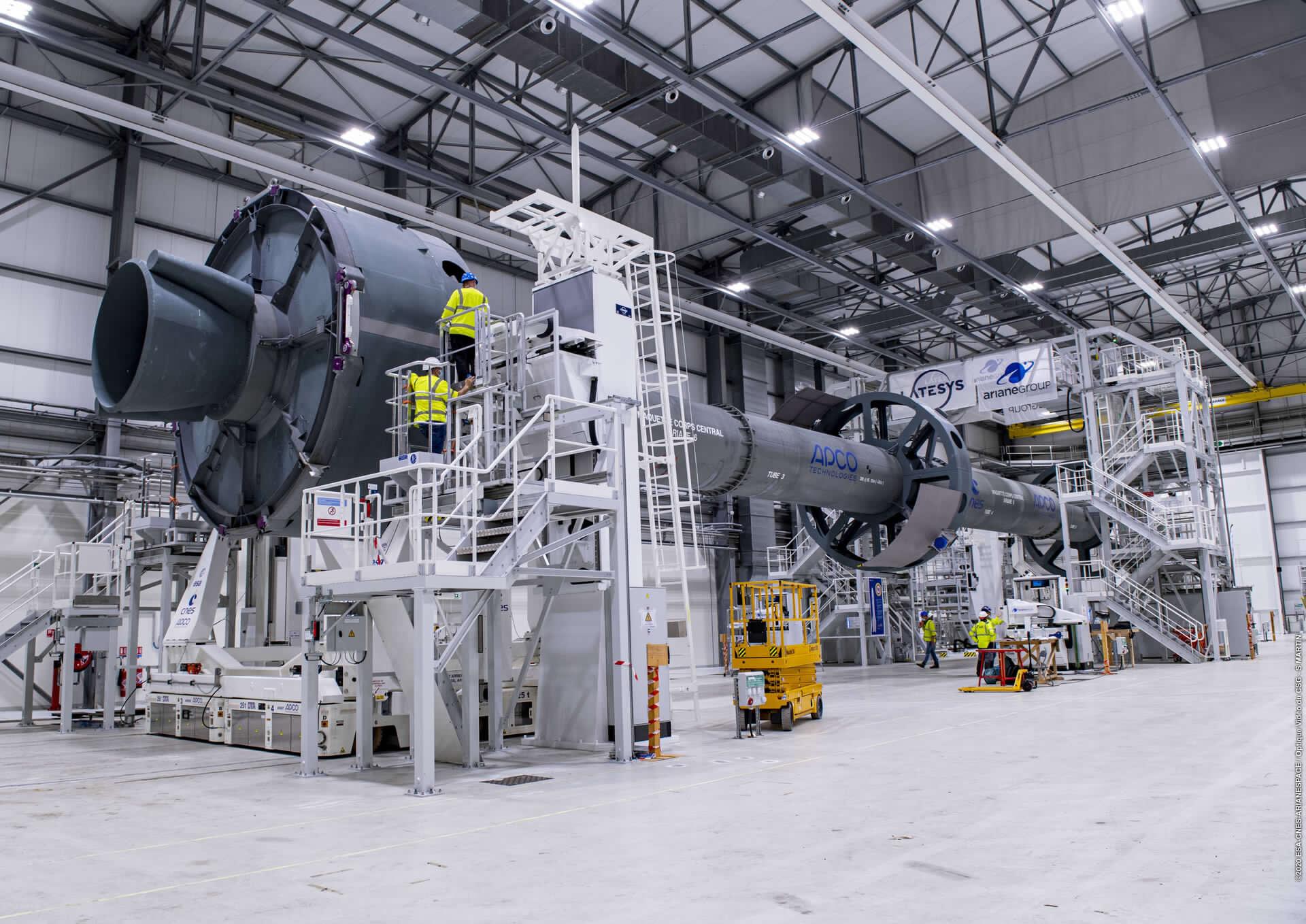 Un mockup del primo stadio dell'Ariane 6, usato per le prove di funzionamento della rampa a Kourou. Credits: ESA