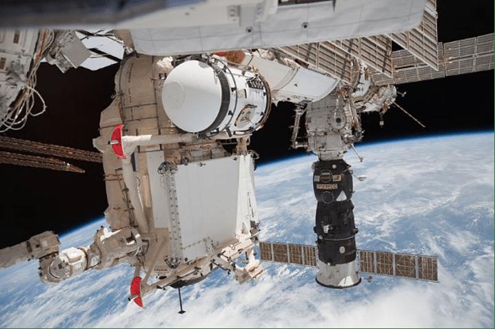 Il modulo russo Rassvet viene agganciato al modulo Zarya dal Canadarm-2 durante la missione STS-132 dello shuttle Atlantis (2010). Cr: NASA