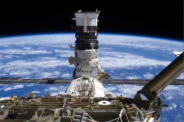 Il modulo russo Poisk attraccato alla ISS prima della separazione del suo compartimento di propulsione, missione Soyuz-U/ Progress M-MIM2 (2009)