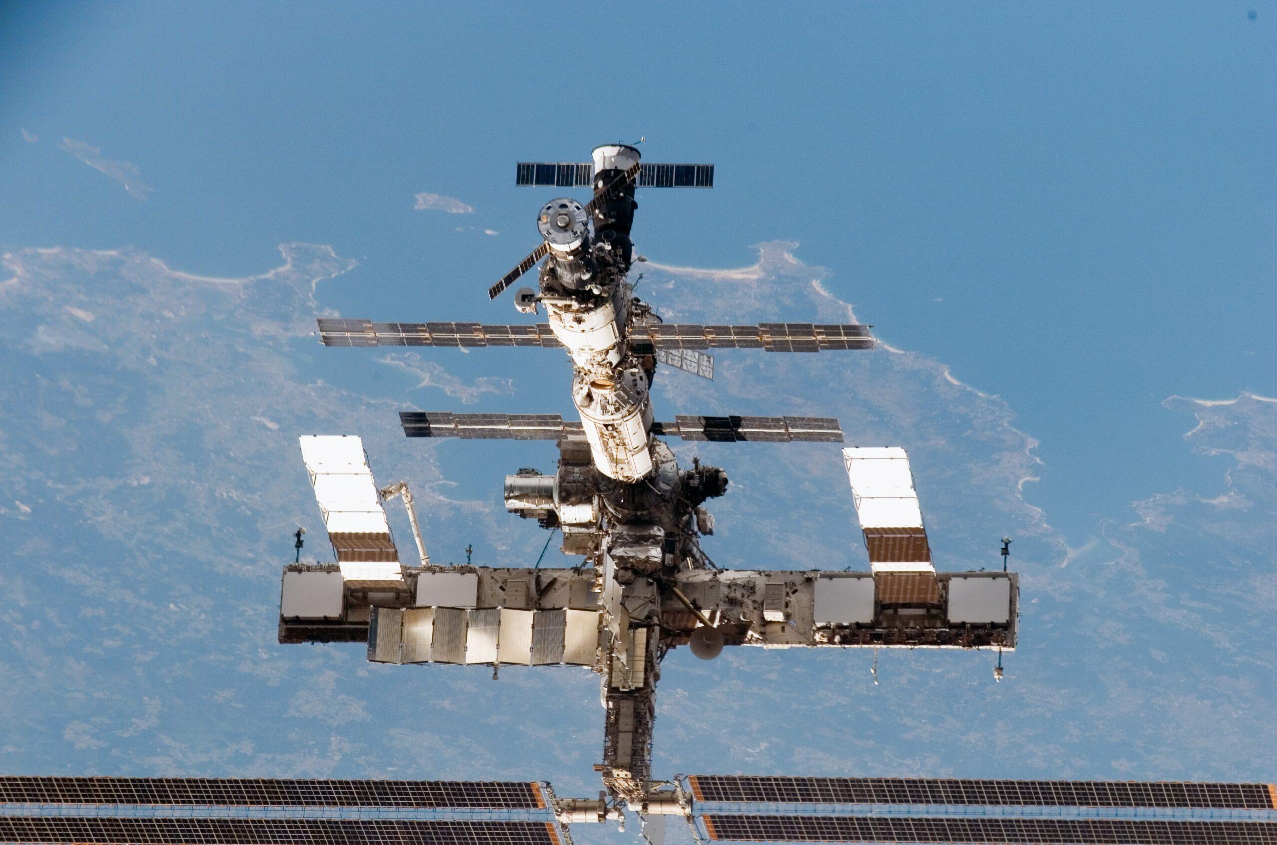 Figure 12 – La ISS come appariva nell'agosto del 2005 dallo Space Shuttle Discovery della missione STS-121, la prima dopo il disastro del Columbia del 2003. Cr: NASA