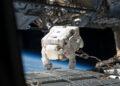 l'astronauta Mike Fossum nella seconda EVA della missione STS-124 dello shuttle Discovery mentre sta installando delle telecamere all'esterno del modulo pressurizzato di Kibo, appena installato (2008)