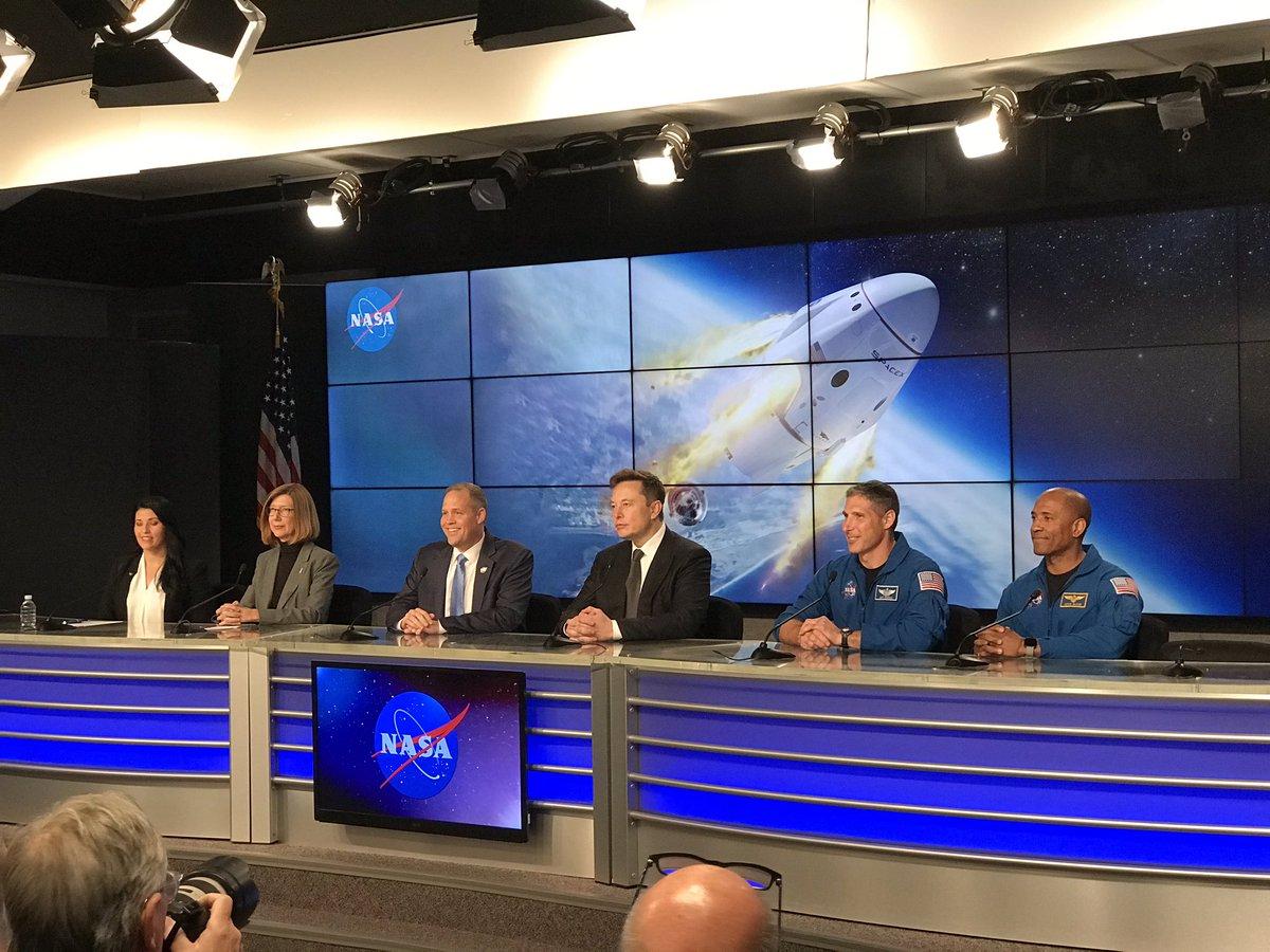 Kathy Lueders, sulla sinistra, assieme a Elon Musk, Jim Bridenstine e i due astronauti della missione Crew-1 che partirà a metà novembre.