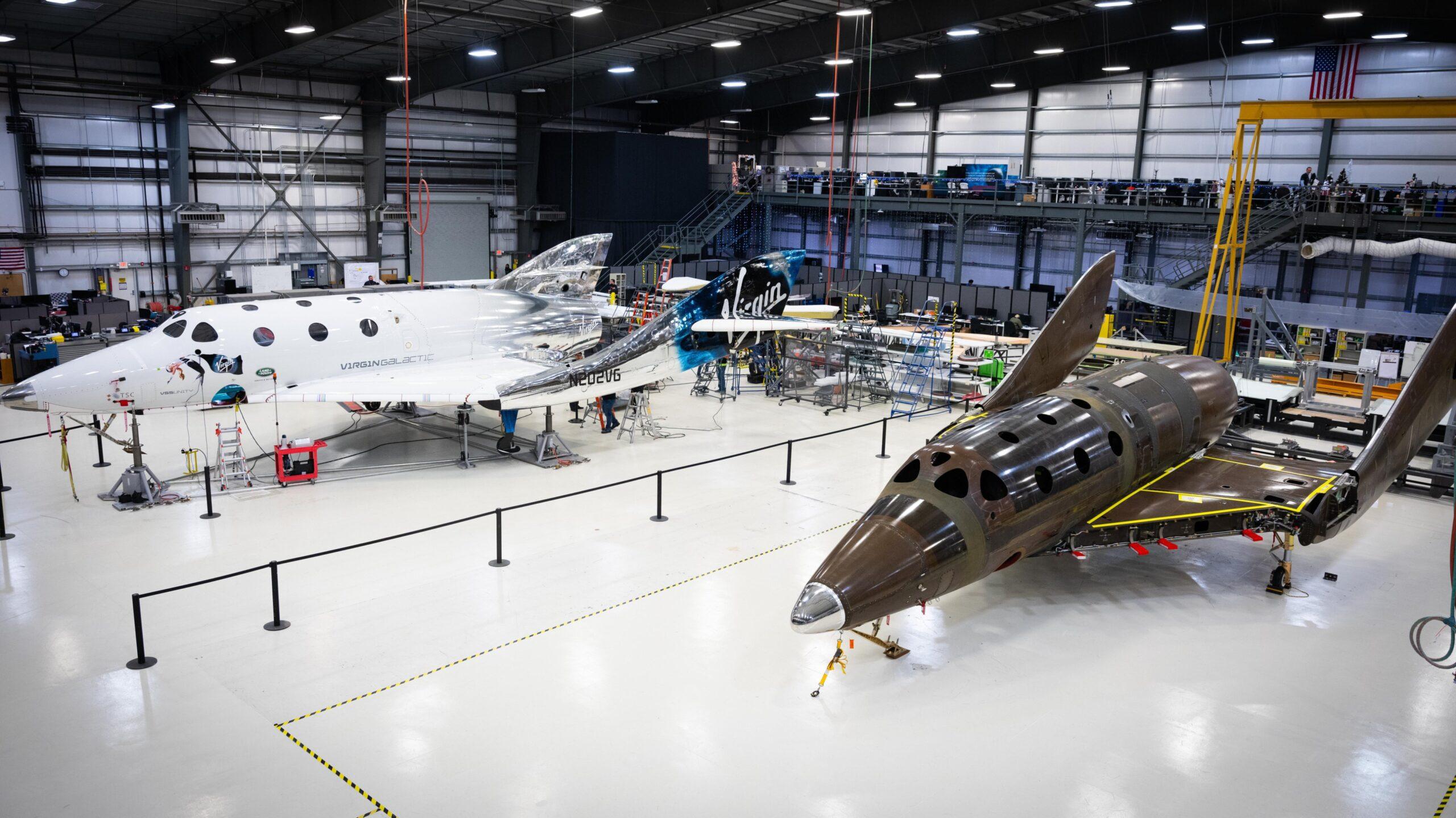 A sinistra la VSS Unity, a destra il secondo spazioplano in costruzione. Credits: Virgin Galactic