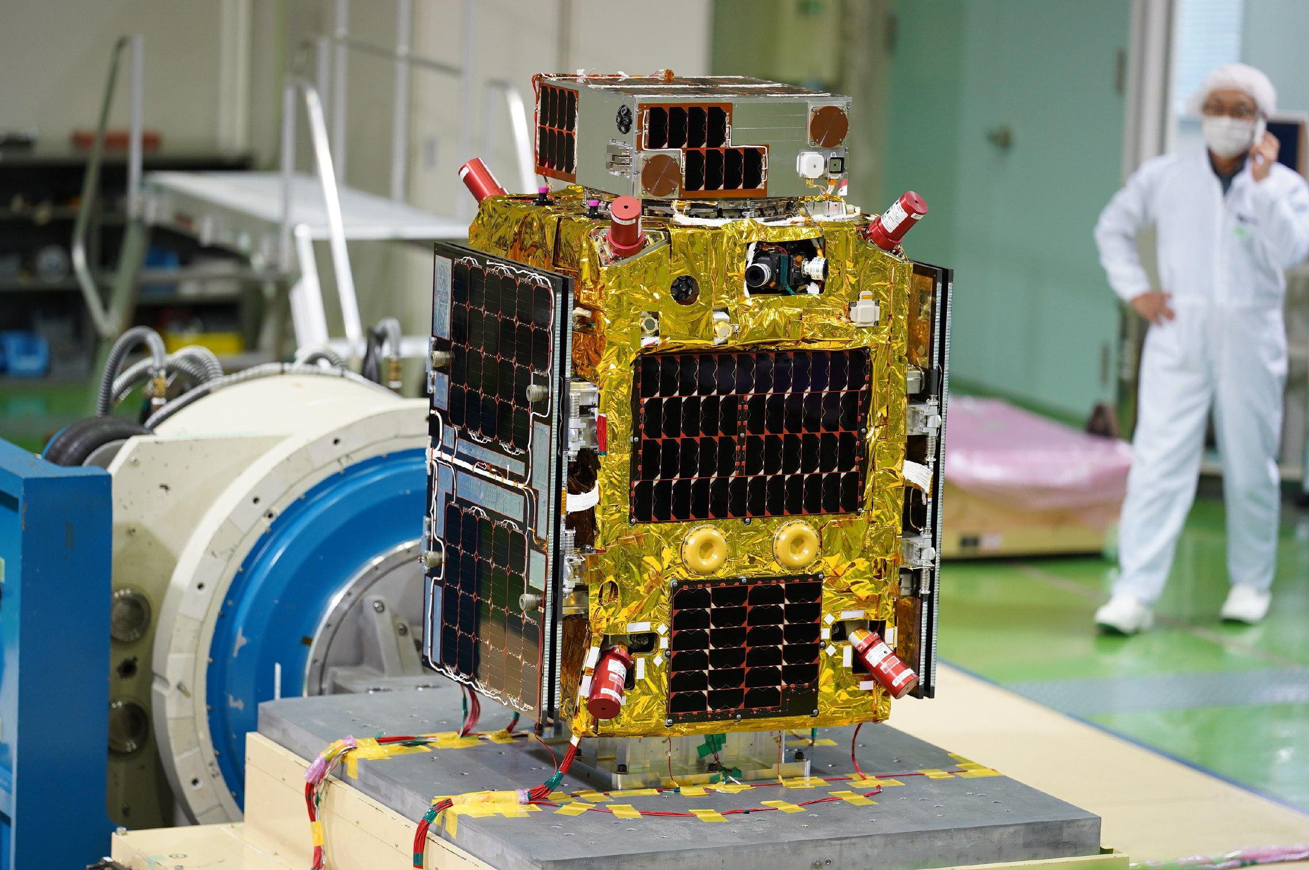 Il satellite Target e il Chaser durante dei test vibrazionali. Credits: Astroscale