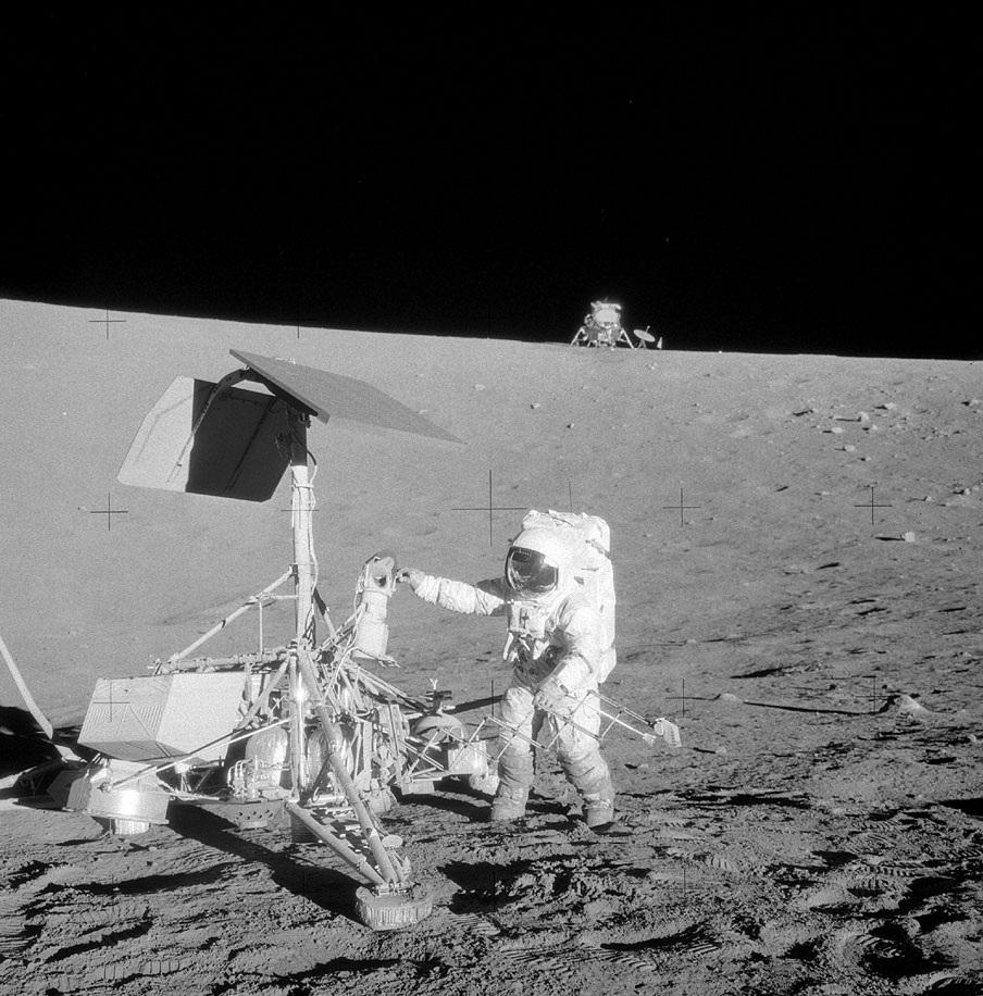 Alan Bean sulla superficie lunare a fianco del Surveyor 3, allunato nel 1967 e destinazione di una delle attività extraveicolari. Credits: NASA
