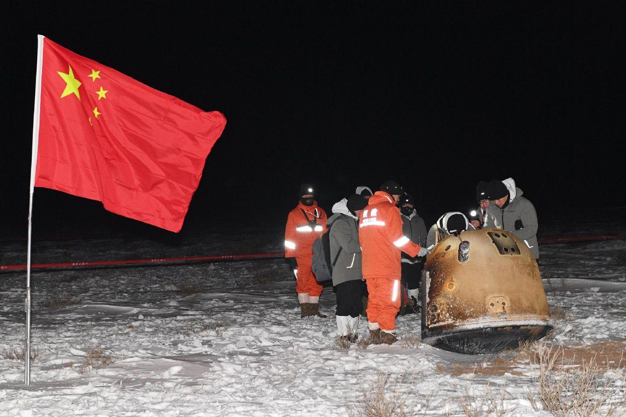 Il momento di arrivo della squadra di recupero alla capsula di rientro di Chang'e 5. Credits: CASC