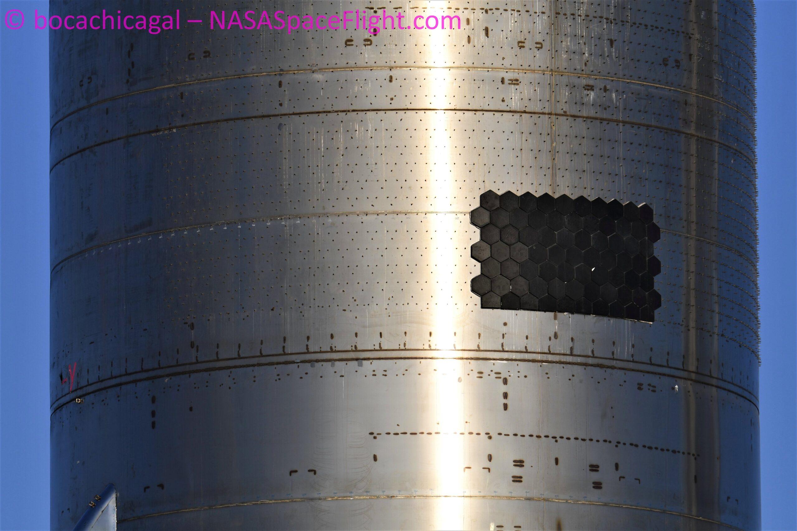 Una parte delle piastrelle che formeranno lo scudo termico, diverse da quelle di SN8. Credits: BocaChicaGal