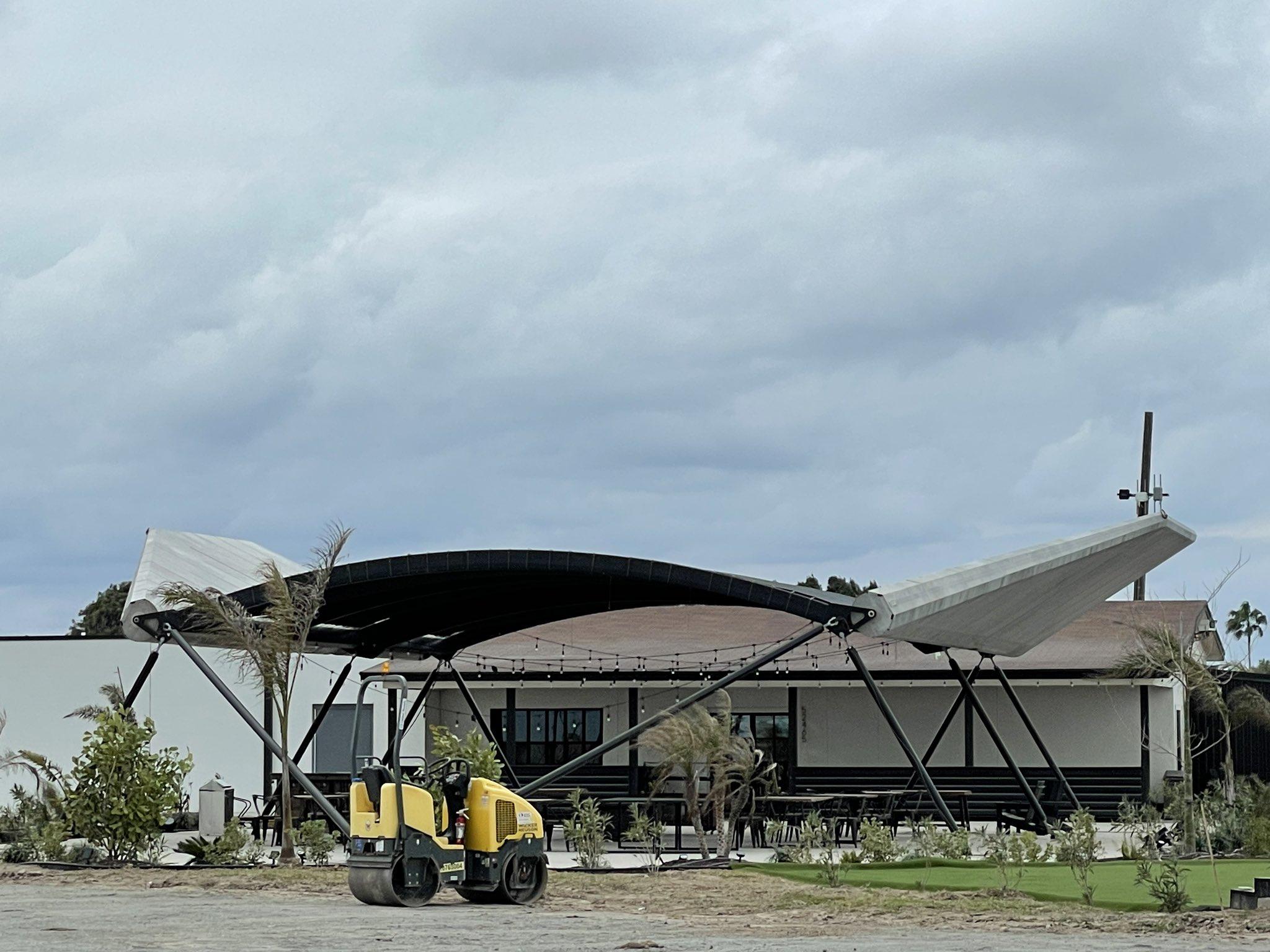 Il ristorante di Boca Chica, la cui zona coperta esterna è stata realizzata con le ali di Starship MK1