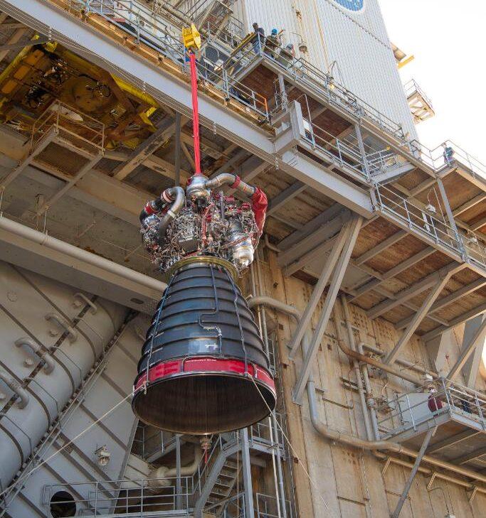 Il motore RS-25 No. 0528 durante l'installazione nello stand A-1 a novembre del 2020. Credits: NASA/SSC
