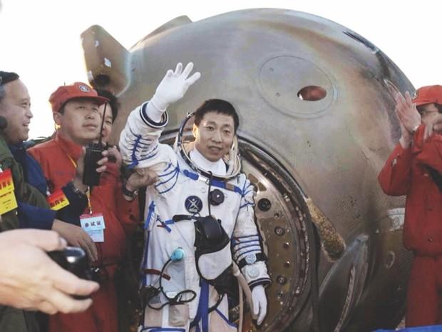Yang Liwei di ritorno a terra nel 2003.
