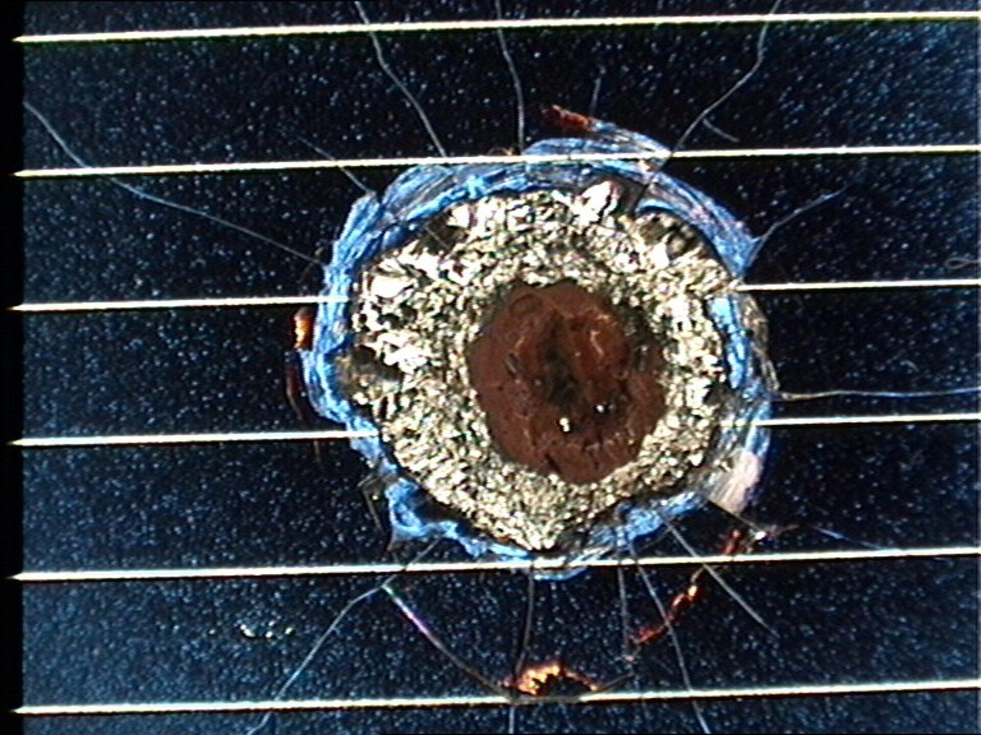 Un danno da detrito ad uno dei pannelli solari del telescopio Hubble