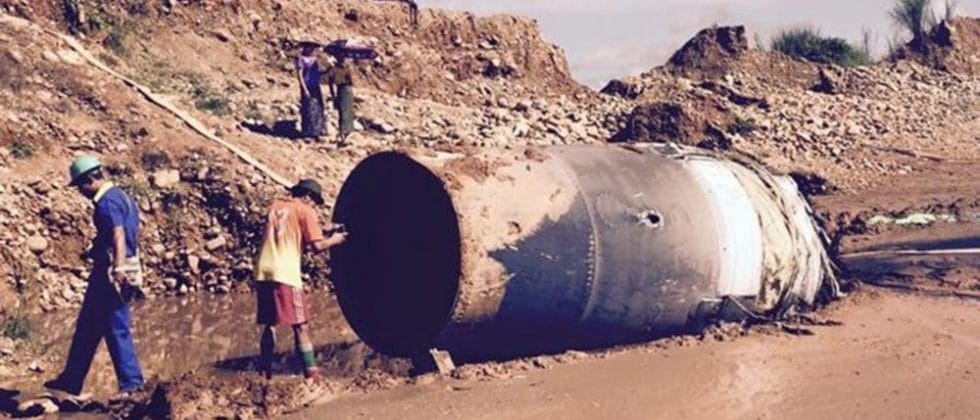 Un pezzo di uno stadio di un razzo rientrato a terra in modo incontrollato in Myanmar.