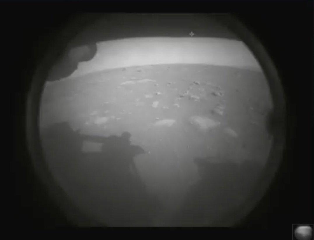 La prima foto giunta da Perseverance dopo l'atterraggio. Credits: NASA/JPL-Caltech