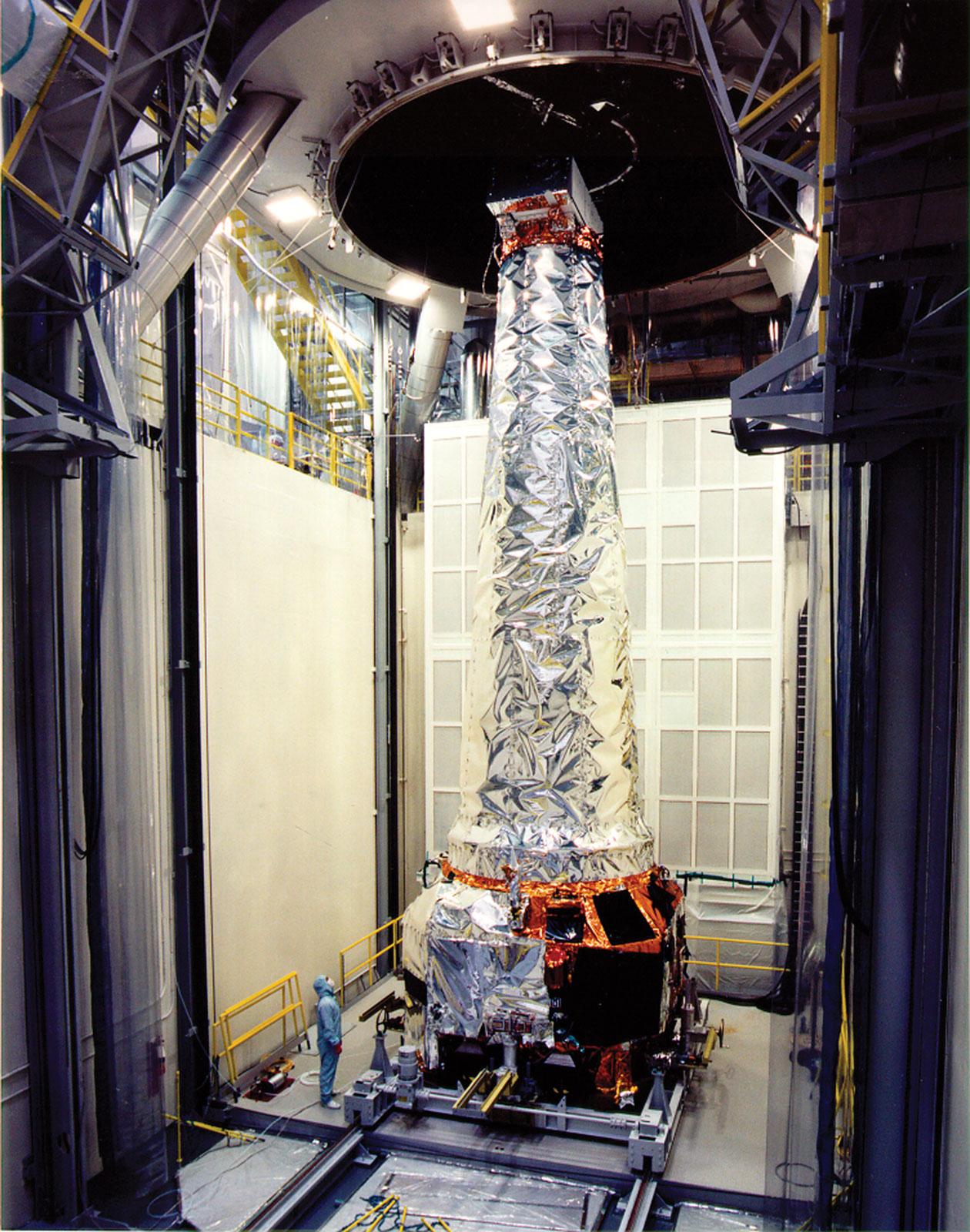 Il telescopio spaziale Chandra, lanciato nel 1999 con lo Space Shuttle Columbia. Credits: NASA.