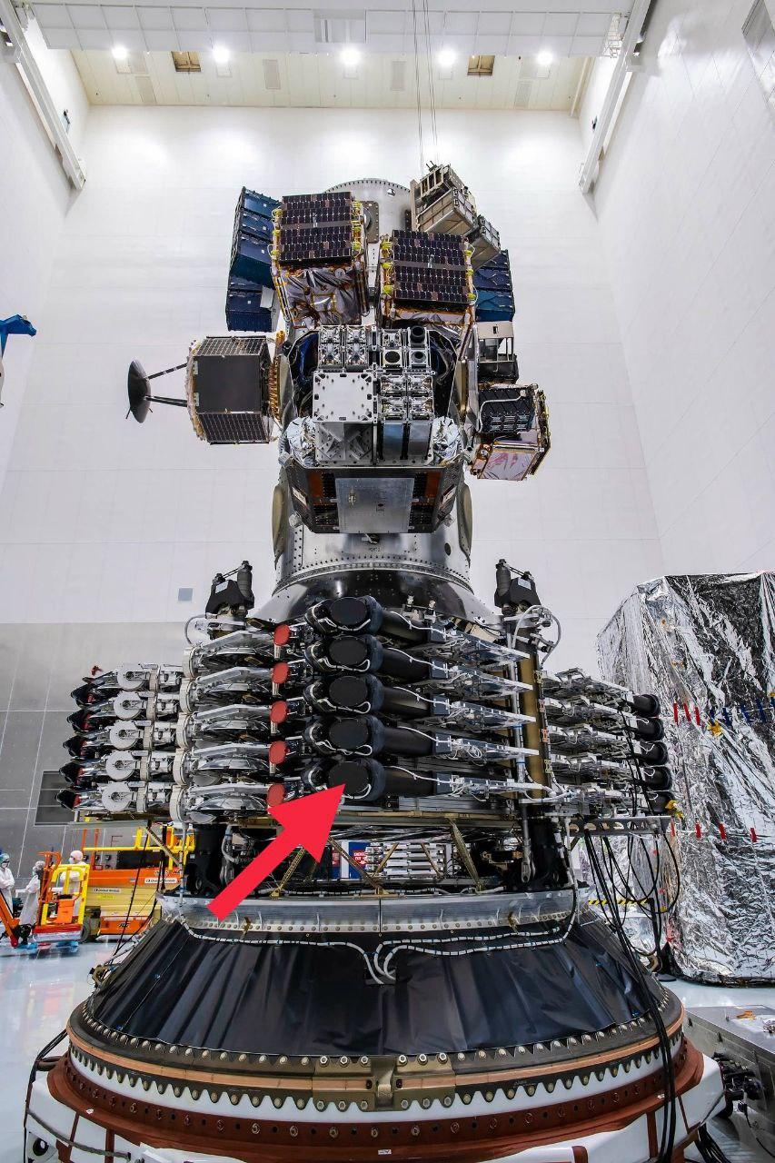 Il sistema laser, indicato dalla freccia, sui 10 satelliti Starlink a bordo della missione Transporter-1. Credits: SpaceX/Megacostellation.