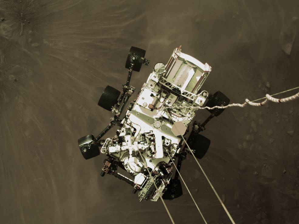 Il rover Perseverance a due metri dal suolo marziano, mentre viene calato dallo Skycrane. Credits: NASA/JPL