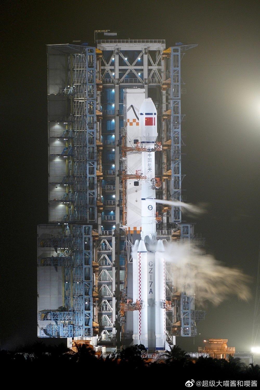 Il Lunga Marcia 7A poco prima del lancio, durante la fase di carico dei propellenti.