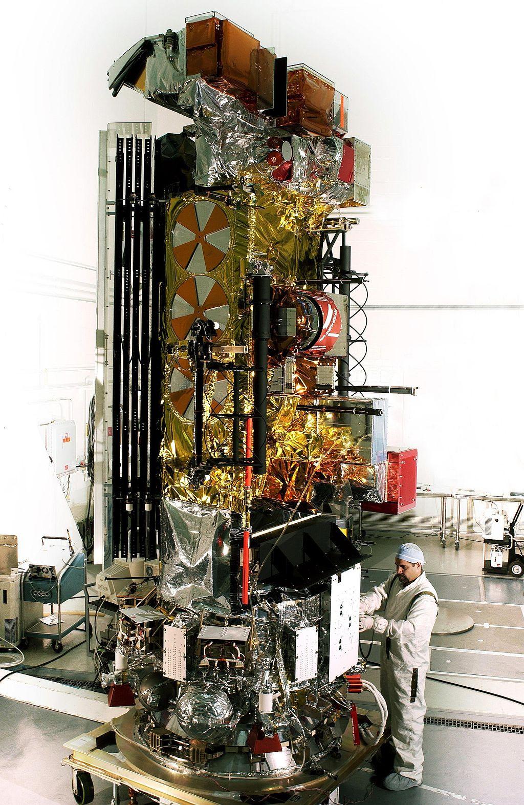 Il satellite NOAA-17 in preparazione al lancio nel 2002.