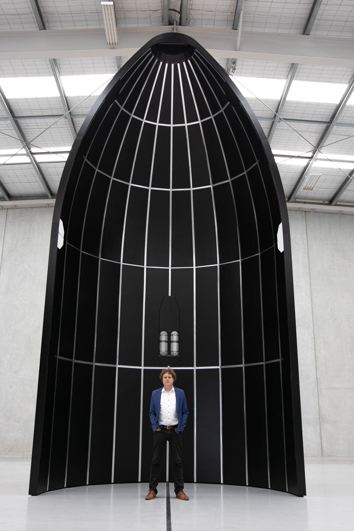 Il fairing del nuovo vettore Neutron con Peter Beck, fondatore e CEO dell'azienda. Credits: Rocket Lab.