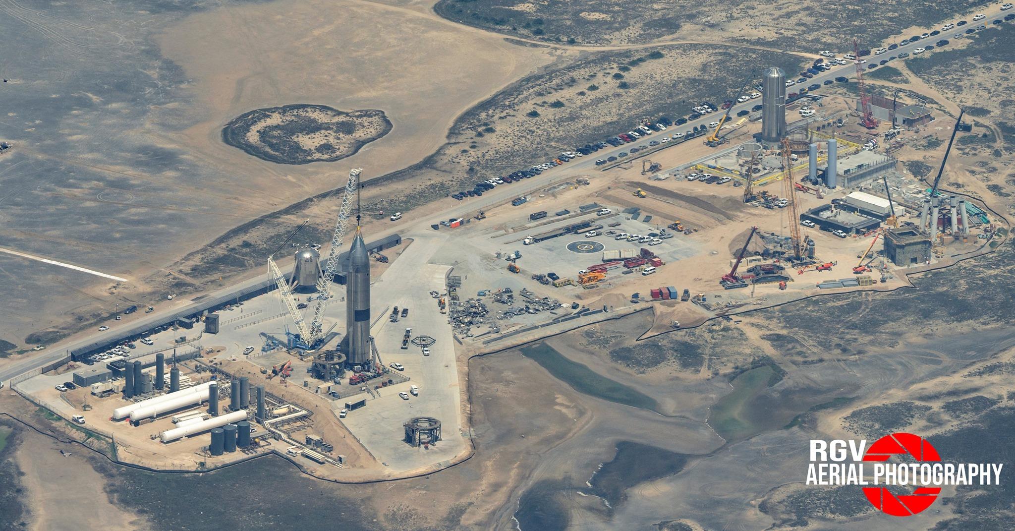 Il pad di lancio di Starbase, il cantiere dove SpaceX costruisce Starship e Moonship. Credits: RGVAerialPhotography.