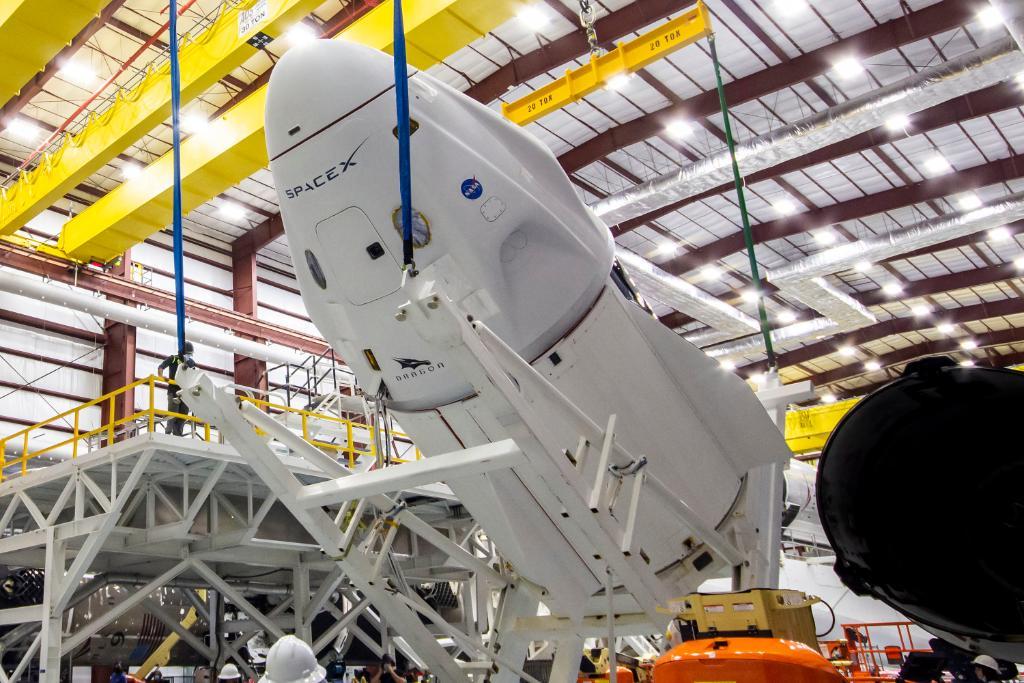 La capsula Dragon Endeavour durante le operazioni di integrazione con il Falcon 9 di qualche giorno fa. Credits: SpaceX.