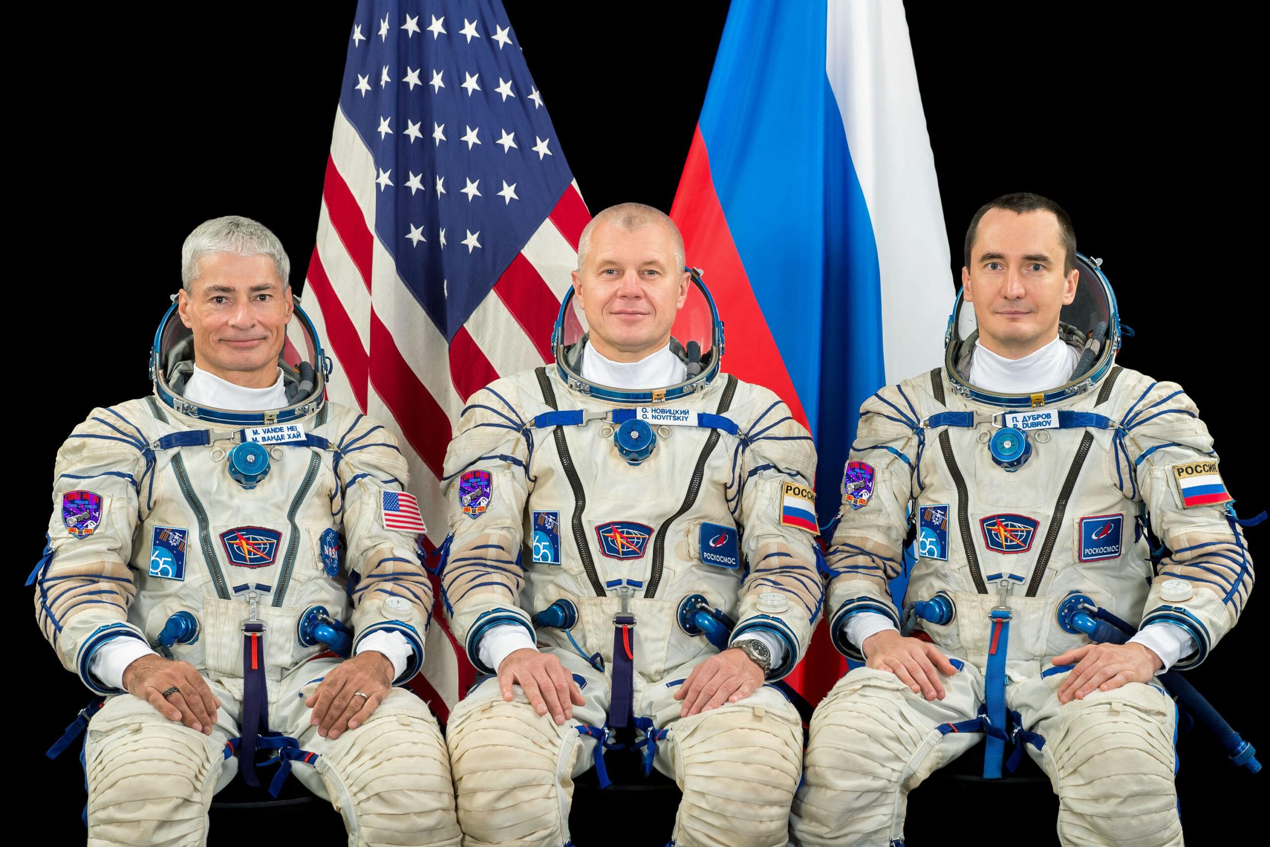 L'equipaggio della missione Soyuz MS-18. Da sinistra, Mark Vande Hei, Oleg Novickij e Pëtr Dubrov. Credits: NASA.