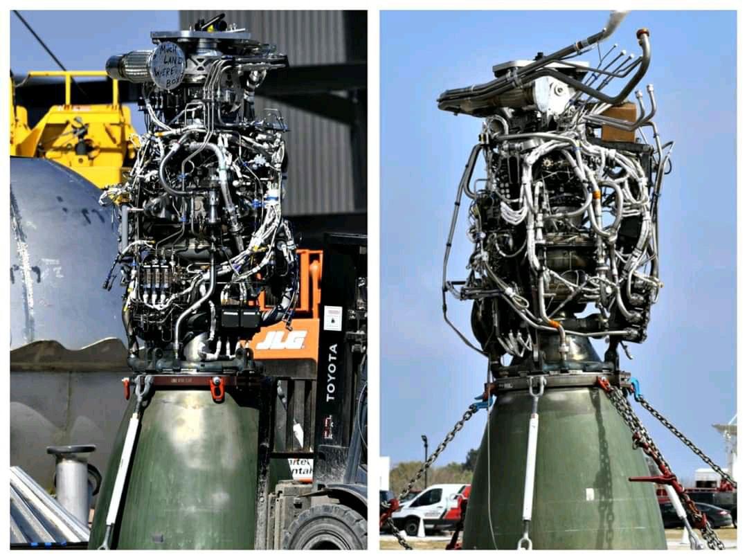 A sinistra il Raptor numero 58, a destra uno dei tre motori della Starship SN10.