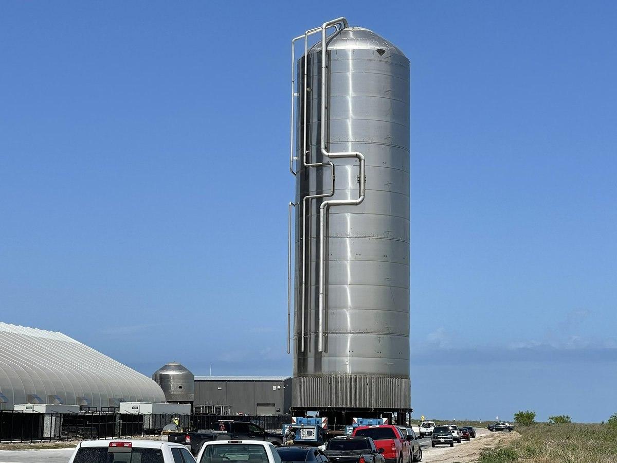 Il nuovo serbatoio costruito da SpaceX per supportare la crescente attività del pad di lancio di Starbase. Credits: BocaChicaGal