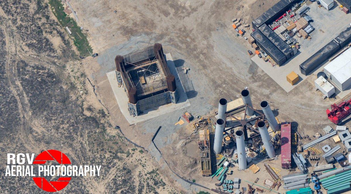 La struttura sulla destra è il pad per i lanci orbitali in costruzione a Starbase, quella sulla sinistra la struttura della torre di lancio. Credits: RGVAerialPhotography