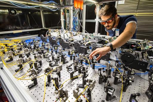 Sistema di calibrazione laser del gruppo italiano. In foto, Paolo. Girotti.