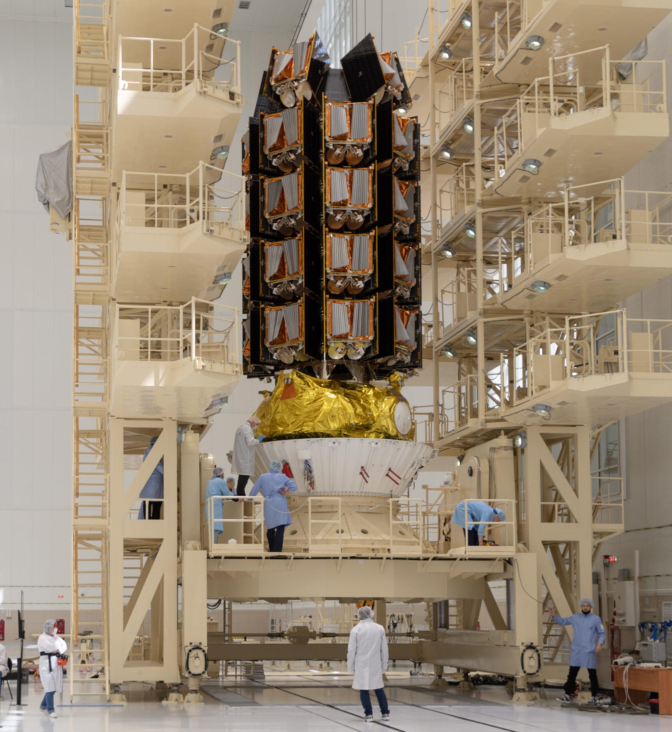 I 36 satelliti OneWeb appena lanciati durante le operazioni di integrazione con l'ultimo stadio Fregat del Soyuz. Credits: ArianeSpace.