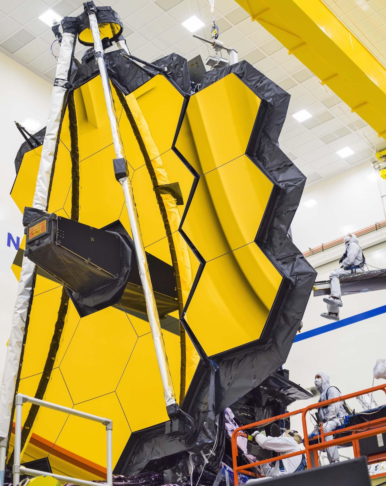 Tre specchi laterali del James Webb Space Telescope durante l'ultimo test di dispiegamento. Credits: NASA/Chris Gunn