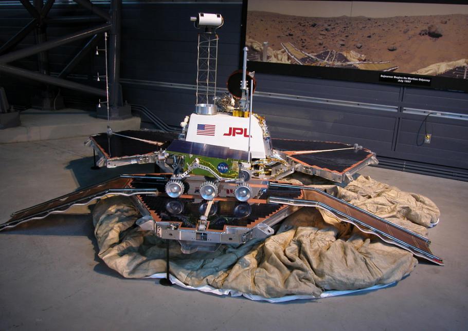 Un prototipo del Mars Pathfinder e del rover Sojourner trasferito dal JPL al Smithsonian National Air and Space Museum