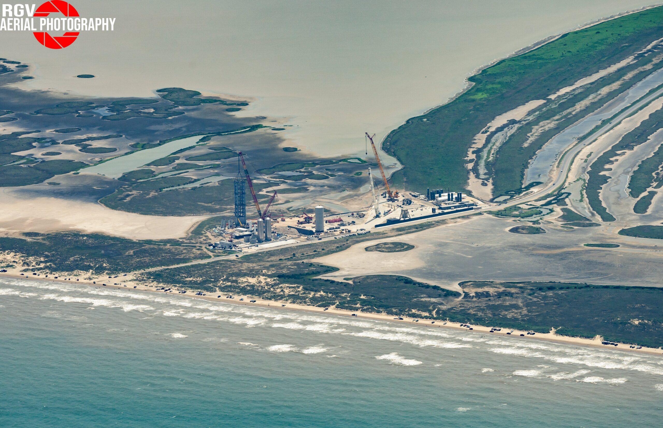Starbase visto dall'alto con la torre di lancio in crescita. Credits: RGVAearialPhotography