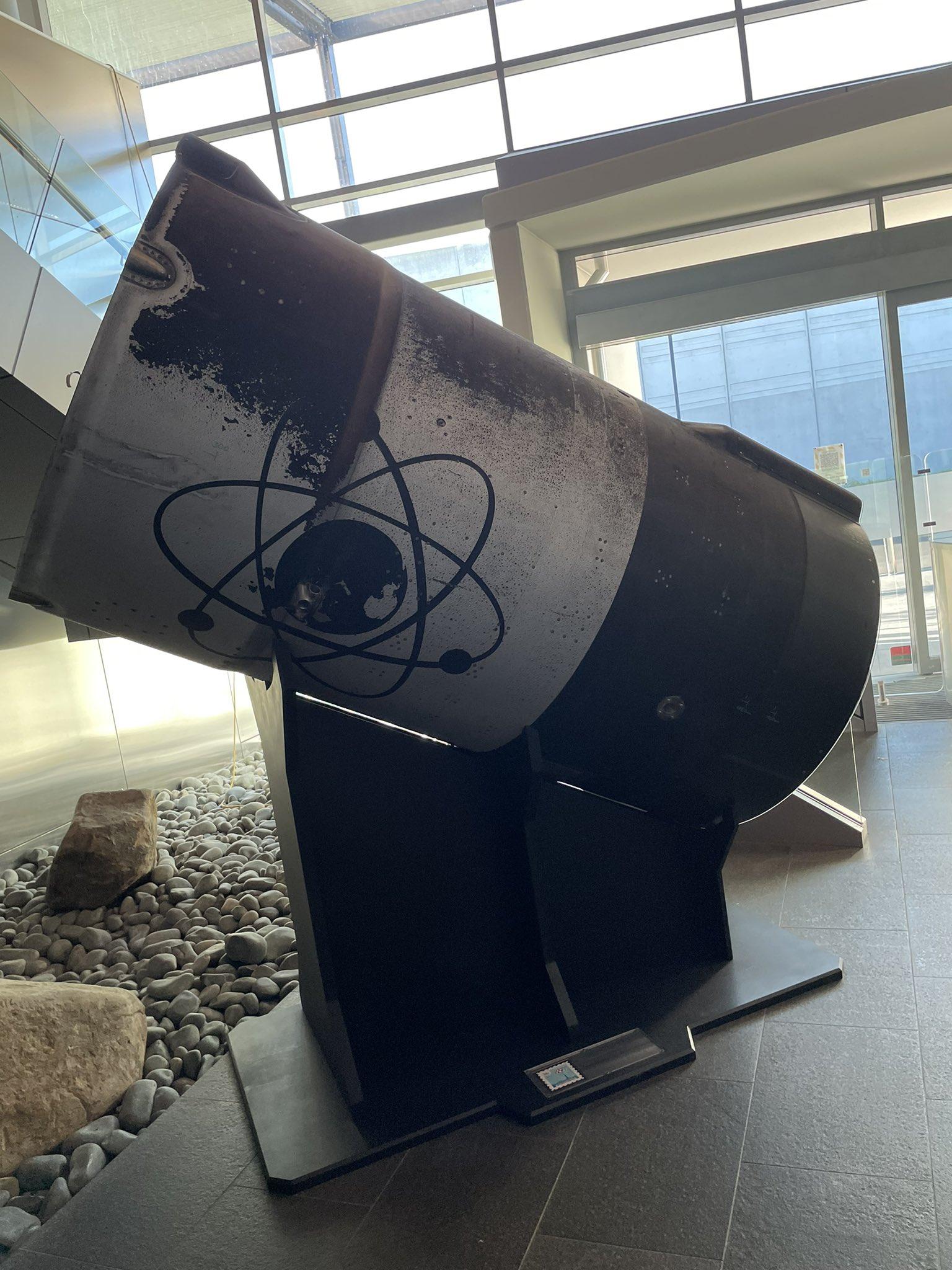 Un pezzo del primo stadio recuperato durante la missione numero 16 negli uffici dell'azienda. Il primo recupero di Rocket Lab