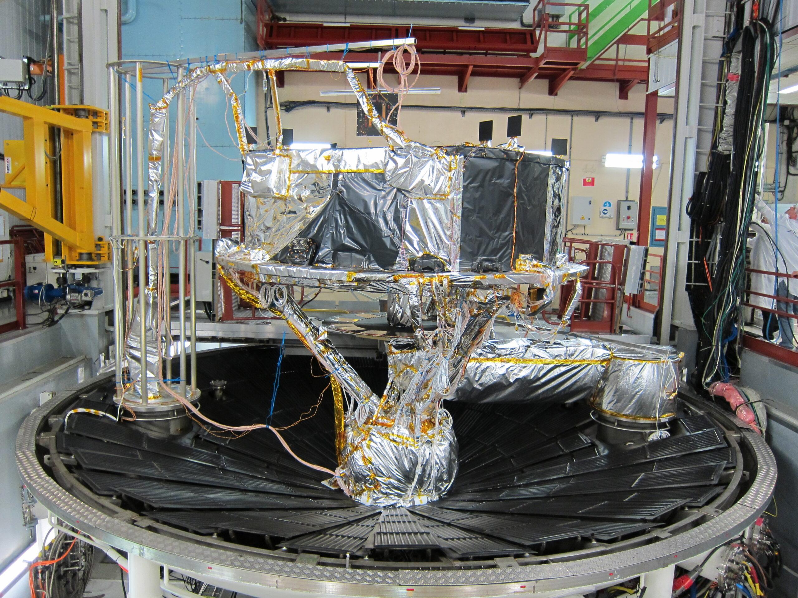 Il Protoflight Model del modulo di servizio del satellite GAIA durante alcuni test a Tolosa nel 2013. Credits: ESA.