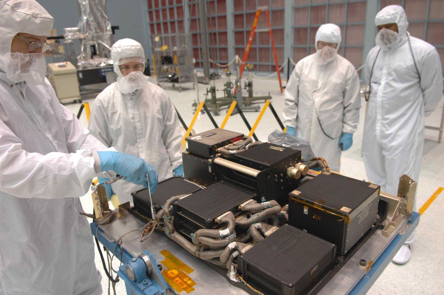 La Science Instrument e Command and Data Handling 2 (SI C&DH) durante alcuni test al Goddard Space Center nel 2008. Questa unità verrà montata su Hubble nel 2009 durante la missione STS131 dello Space Shuttle. E' attualmente la componente dove si trova la causa del problema. Credits: NASA.