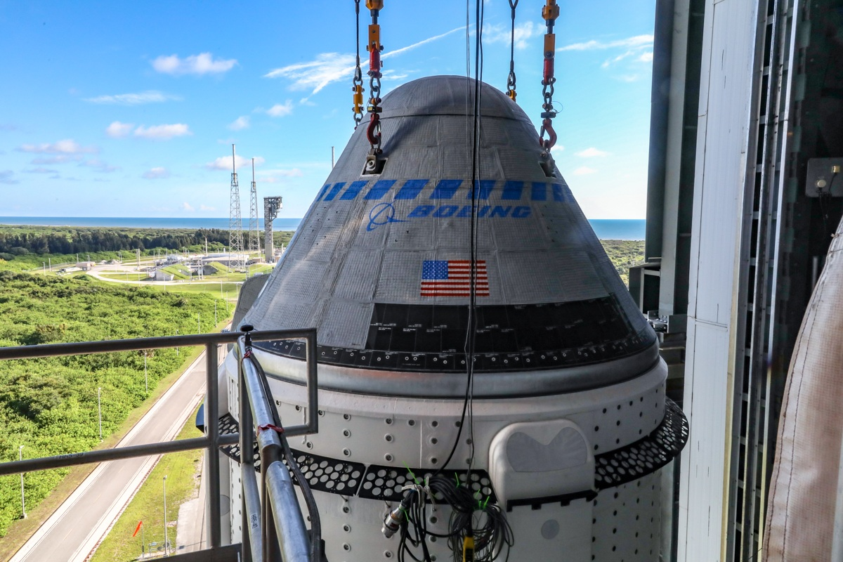 La capsula CST-100 sula cima dell'Atlas V il 17 luglio 2021. Sullo sfondo la rampa di lancio. Credits: NASA/Boeing