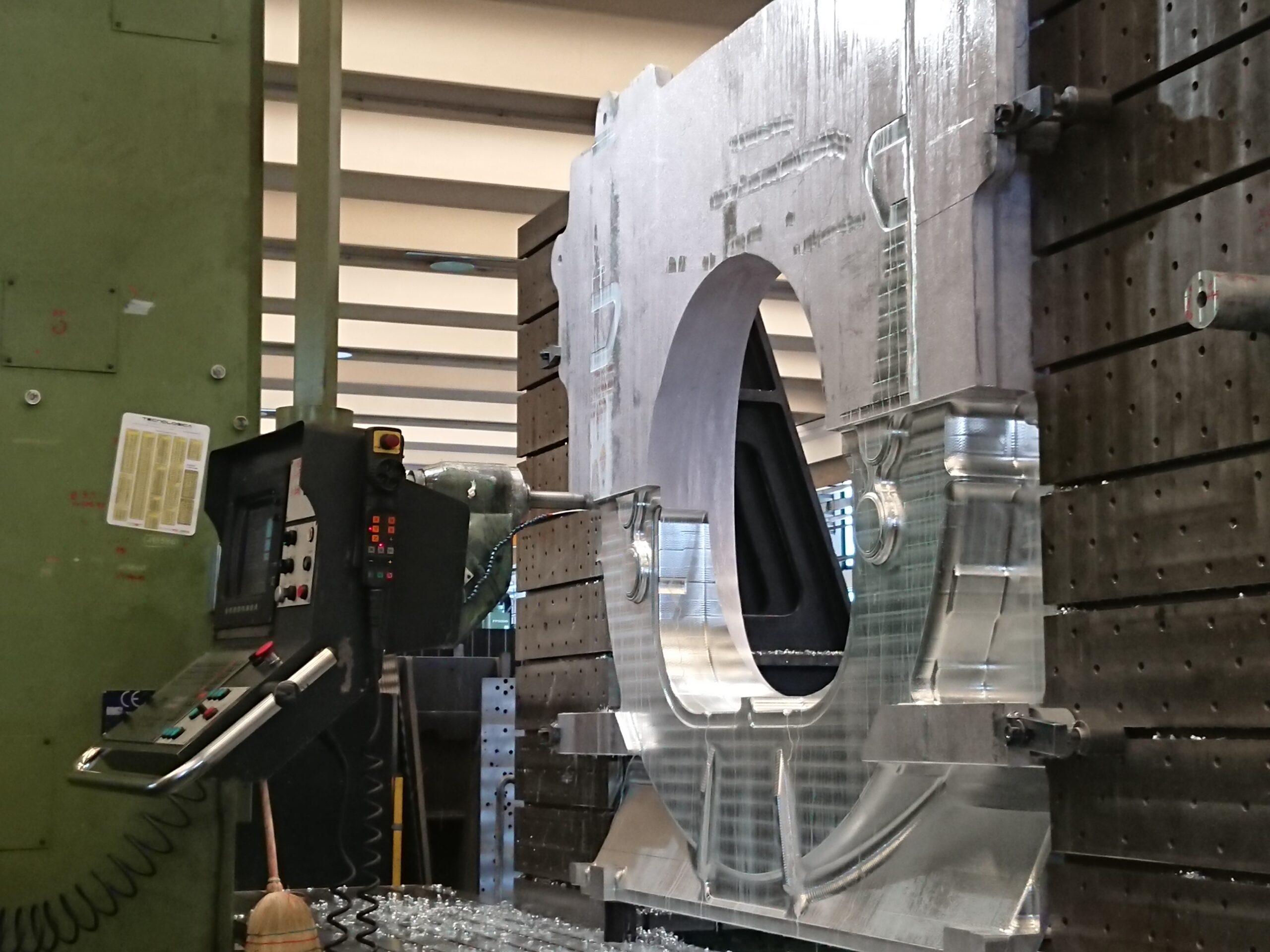 La lavorazione di una delle paratie del primo modulo della Axiom Space Station negli stabilimenti di Thales Alenia Space. Credits: © Thales Alenia Space