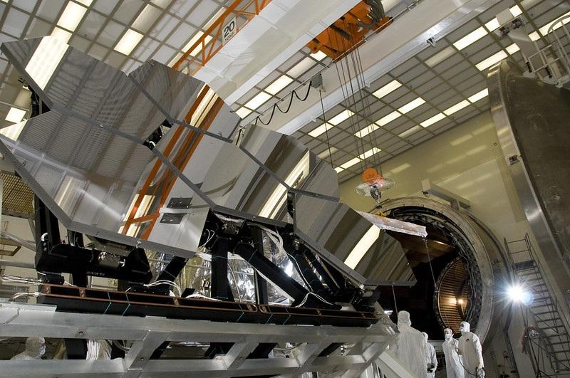 Sei dei 18 segmenti dello specchio primario del James Webb Space Telescope in fase di preparazione per essere trasferiti presso il Marshall Space Flight Center della NASA per i test criogenici. La camera di prova impiega circa cinque giorni per raffreddare un segmento dello specchio a temperature criogeniche. La struttura a raggi X e criogenica di Marshall è la più grande struttura di test per telescopi a raggi X al mondo. Credits: NASA/MSFC/Emmett Givens