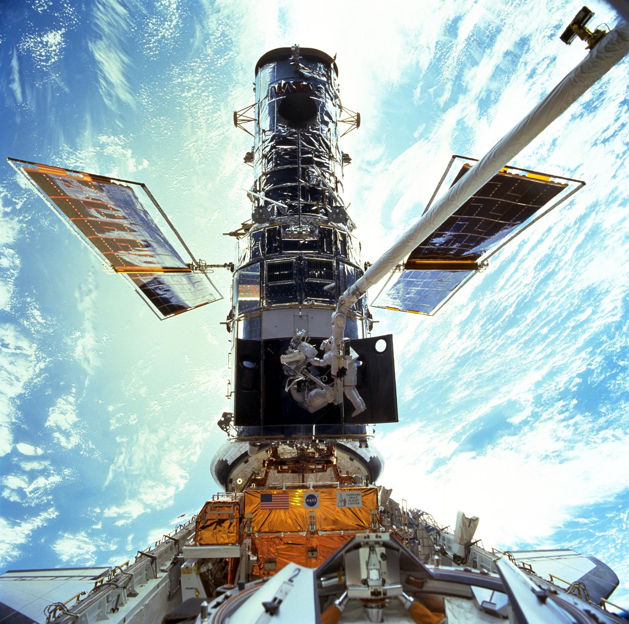 L'astronauta Steven L. Smith e John M. Grunsfeld durante la missione STS-131, l'ultima missione di servizio al telescopio Hubble nel 2009. Credits: NASA.