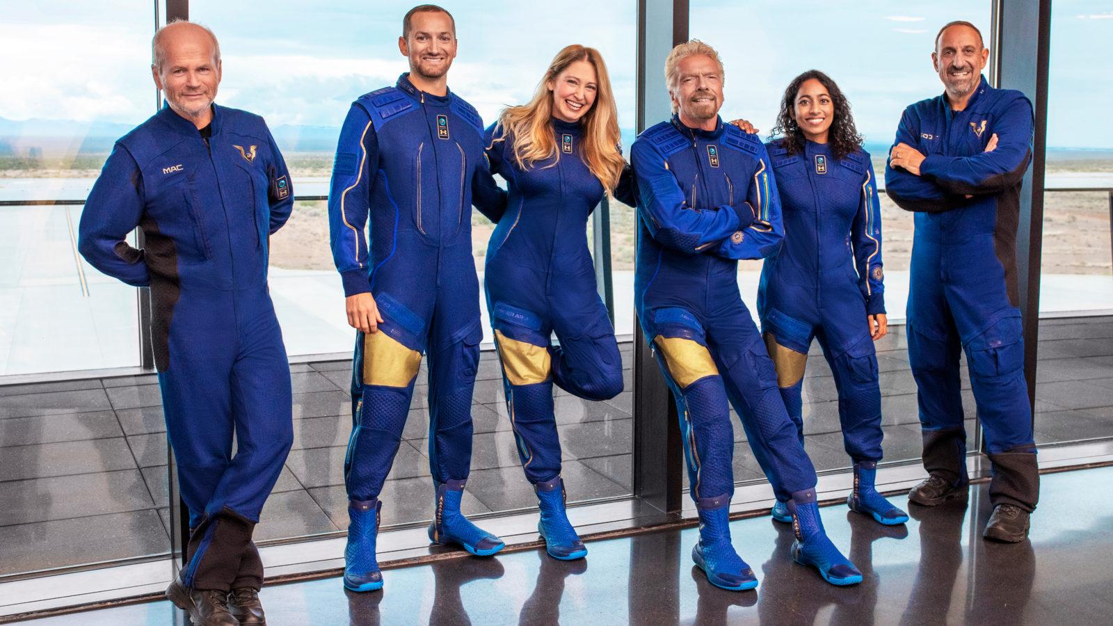Da sinistra, il pilota Dave Mackay, Colin Bennett, Beth Moses, Richard Branson, Sirisha Bandla e il pilota Michael Masucci. Credits: Virgin Galactic.