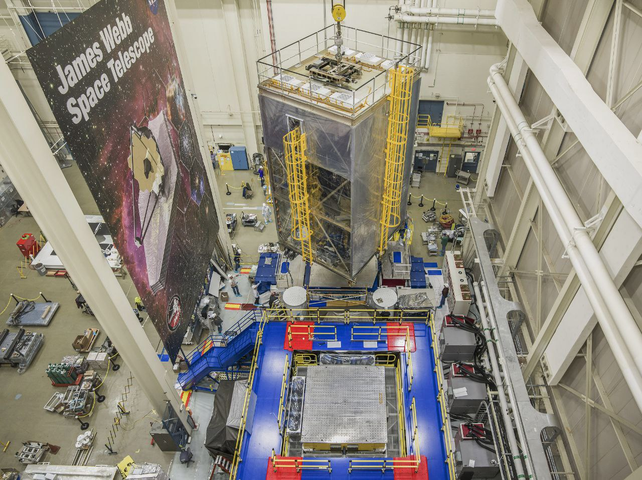 In questa foto, i tecnici e gli ingegneri della NASA stanno eseguendo i test acustici e vibrazionali sul telescopio spaziale James Webb. Credits: NASA/Chris Gunn
