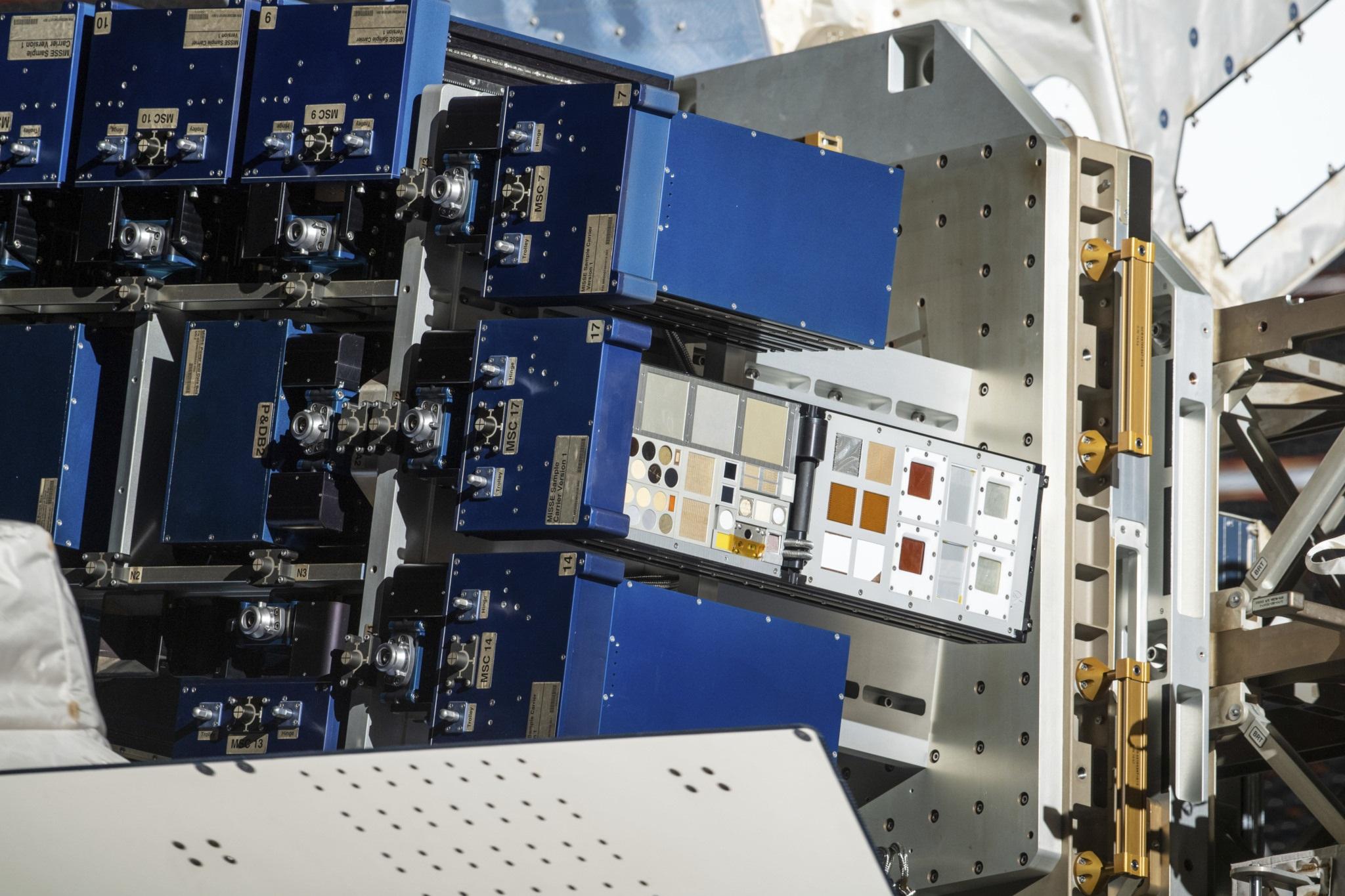 La piattaforma Materials ISS Experiment Flight Facility (MISSE-FF) posta all'esterno della ISS. Credits: NASA
