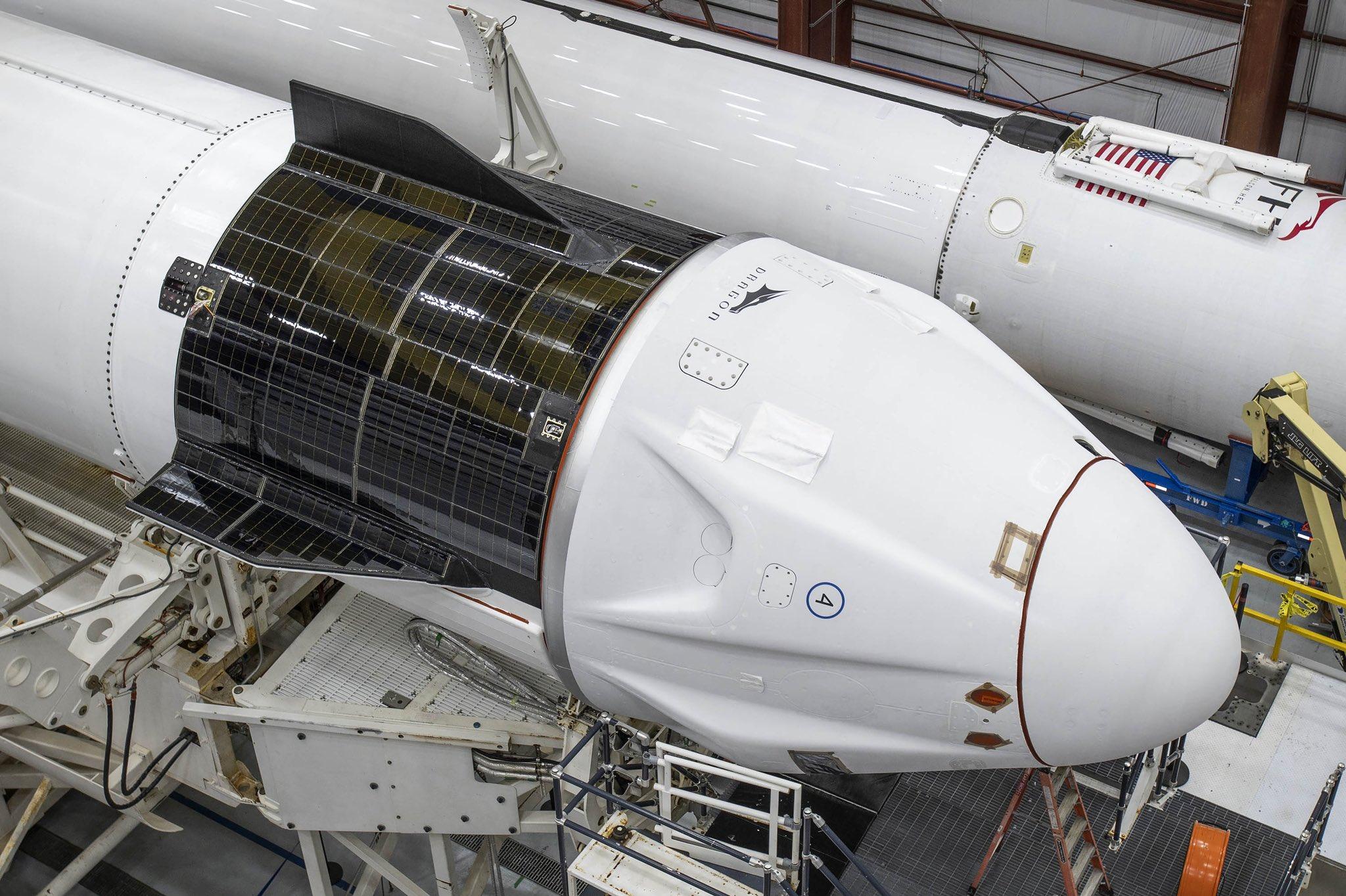 La capsula Dragon Resilience di Inspiration4 integrata sulla cima del Falcon 9 nell'hangar di SpaceX. Credits: SpaceX.
