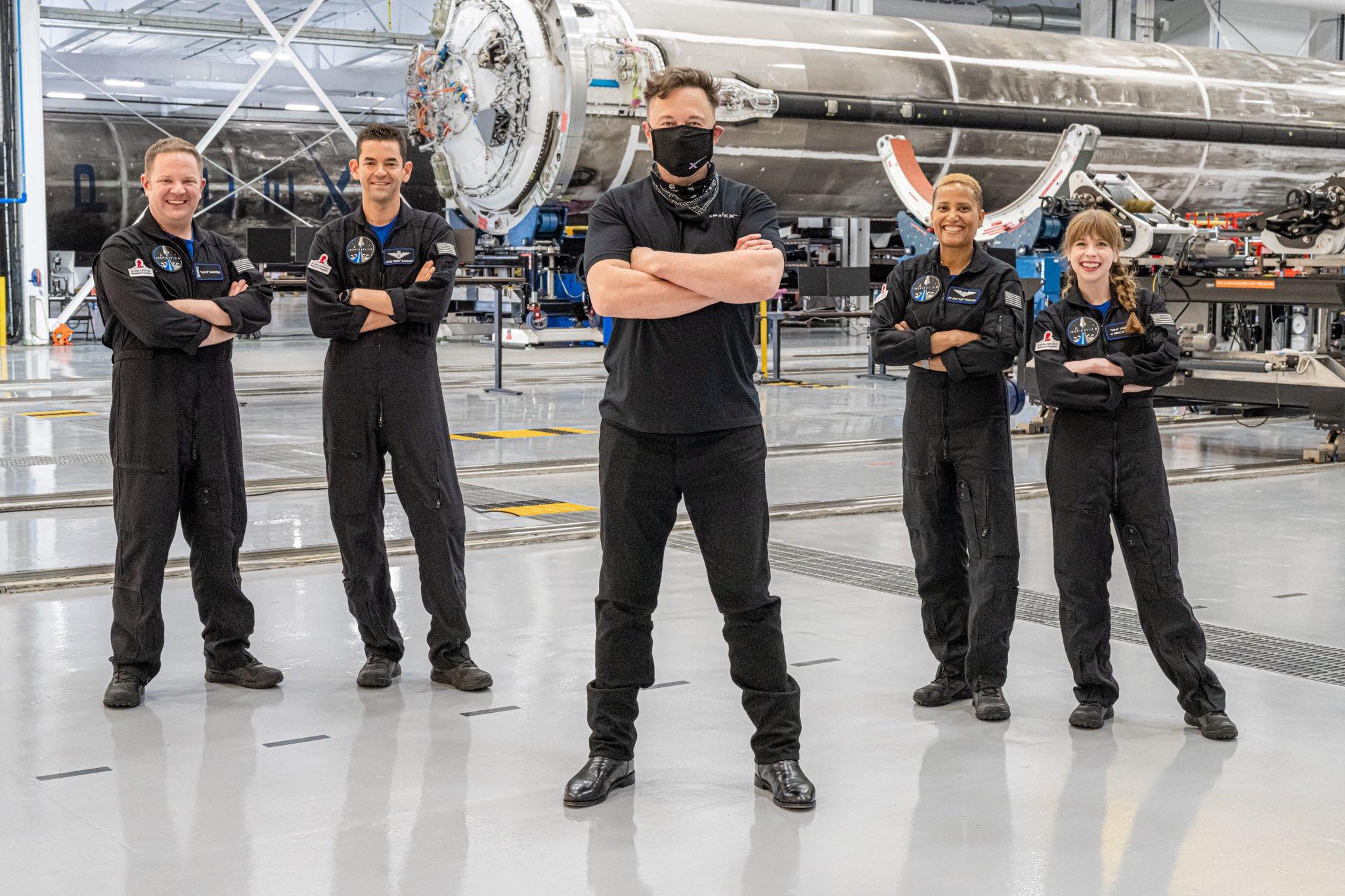 I quattro di Inspiration4 assieme ad Elon Musk. Credits: SpaceX