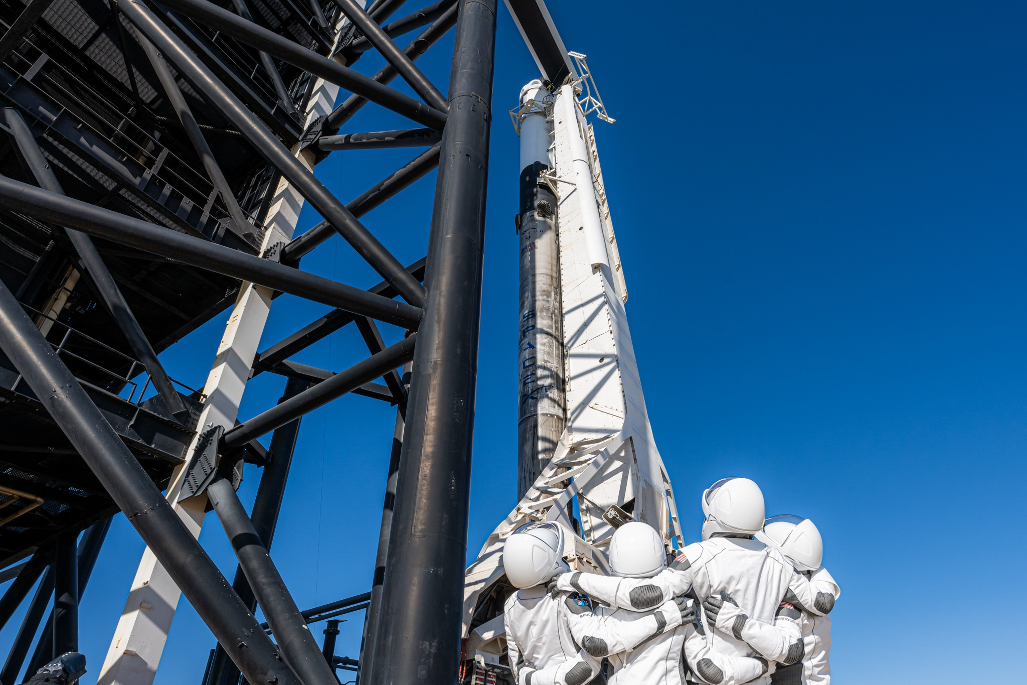 I quattro di Inspiration4 poco prima di salire sulla cima del Falcon9. Credits: SpaceX